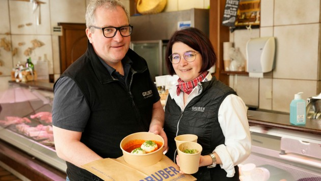 Sandra und Helmut Gruber aus Gunskirchen, bieten täglich 2 Menüs zur Selbstabholung in ihrer Fleischhauerei an. (Bild: gewefoto - Gerhard Wenzel)