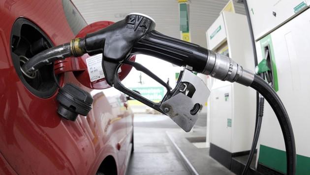 Weiterhin spürbar sind die im Jahresvergleich höheren Treibstoffpreise. (Bild: APA/Hans Klaus Techt)