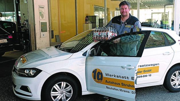 Autohaus Strohmaier Florian verteilt essen an Ältere (Bild: Horst Einöder/ Flashpictures)