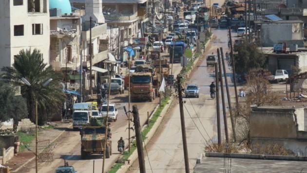 Ein türkischer Militärkonvoi fährt durch die Stadt Binnish, in der nordwestlichen syrischen Provinz Idlib. (Bild: AFP)