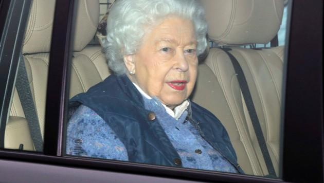 Die Queen ließ sich am Donnerstag im Auto vom Buckingham-Palast nach Windsor bringen. (Bild: AP)
