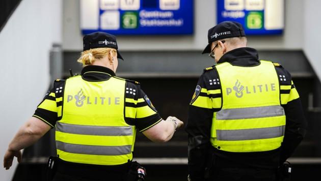 Ein Mann hustete in den Niederlanden absichtlich zwei Polizisten an. Dafür muss er jetzt zehn Wochen ins Gefängnis. (Bild: AFP)