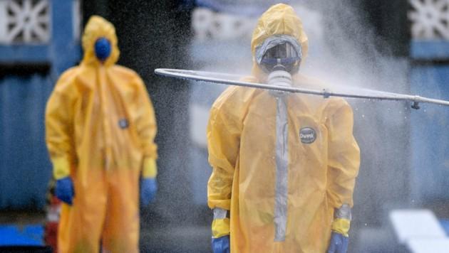 Feuerwehrleute in der brasilianischen Stadt Belo Horizonte schützen sich gegen das Coronavirus. (Bild: AFP)
