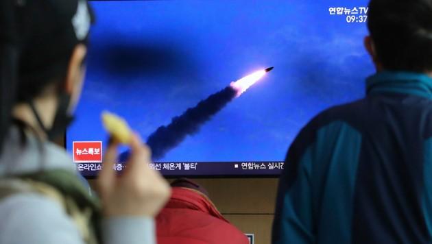 Das südkoreanische Fernsehen zeigte Bilder des Raketentests. (Bild: AP)