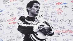 Ein Senna-Poster, unterschrieben von Formel-1-Fans, aus dem Jahr 2019, anlässlich Sennas 25. Todestag (Bild: APA/AFP/ANDREAS SOLARO)