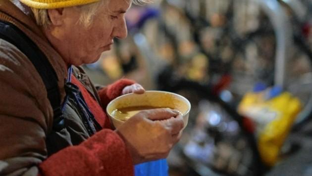Für viele Bedürftige ist die Suppe vom Canisibus die einzige, täglich warme Mahlzeit. (Bild: Herwig PRAMMER)