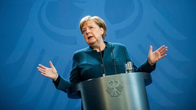 """""""So retten wir Leben"""", betonte die deutsche Bundeskanzlerin in einer Ansprache am Sonntag, kurz bevor bekannt wurde, dass Merkel sich freiwillig zwei Wochen in häusliche Quarantäne begibt. Mittlerweile fiel ihr erster Corona-Test negativ aus. (Bild: AP)"""