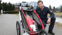 Andreas Prommegger, Snowboarder und Polizist, mit Tochter Laura (Bild: Kronenzeitung/Andreas Tröster)