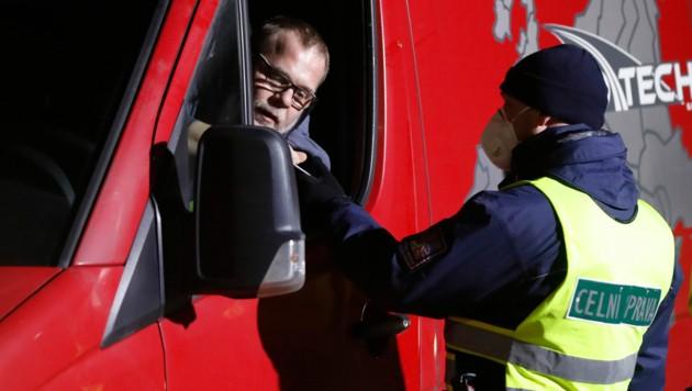 Das Minderheitskabinett in Tschechien schloss Ende März auch die Grenzen für tägliche Berufspendler. (Bild: AP)