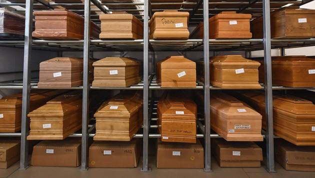 Särge in einem Krematorium in Norditalien (Bild: LaPresse via AP)