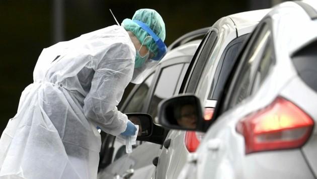 Auch Finnland testet in Drive-in-Stationen auf das Coronavirus. (Bild: AP)