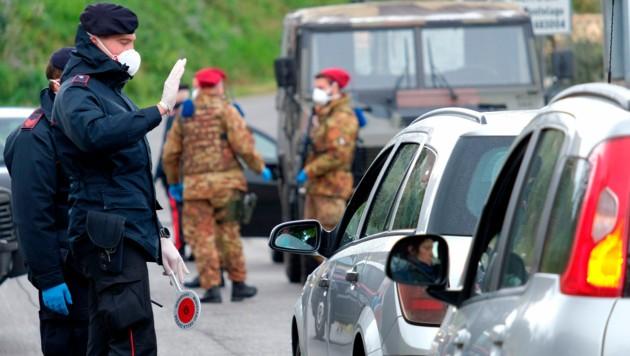 Soldaten und Carabinieri in Nerola, rund 50 Kilometer nördlich von Rom (Bild: AP)