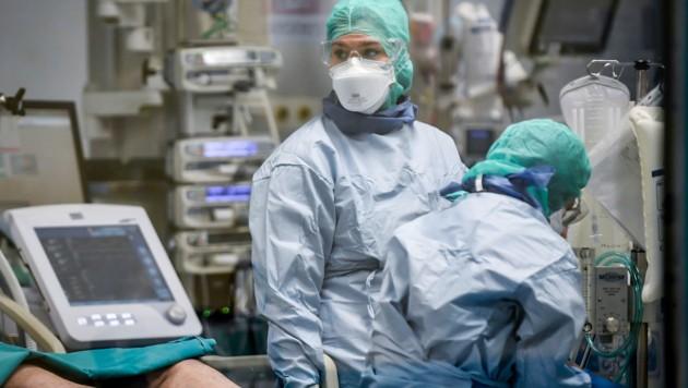 In Italien leisten die Ärzte und Krankenschwestern seit Wochen Unvorstellbares. (Bild: AP)