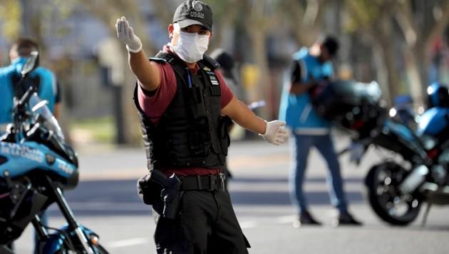 Polizei in der lahmgelegten argentinischen Hauptstadt Buenos Aires (Bild: ASSOCIATED PRESS)