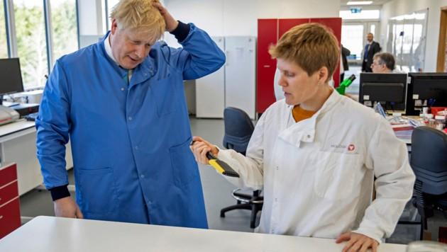 Johnson beim Besuch eines Corona-Forschungslabors Anfang März (Bild: APA/AFP/POOL/JACK HILL)