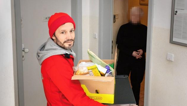 Caritas-Wien-Generalsekretär Klaus Schwertner lieferte an Frau Monika. Sie bat in einem berührenden Brief um Hilfe. (Bild: C/Caritas/Stefanie Steindl, krone.at-Grafik)