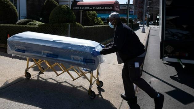 Ein New Yorker Bestattungsunternehmen bekommt Särge geliefert. (Bild: AP)