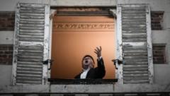 Mit Arien gegen die Krise - Senechal bei einem seiner Balkon-Konzerte (Bild: Philippe Lopez/AFP)
