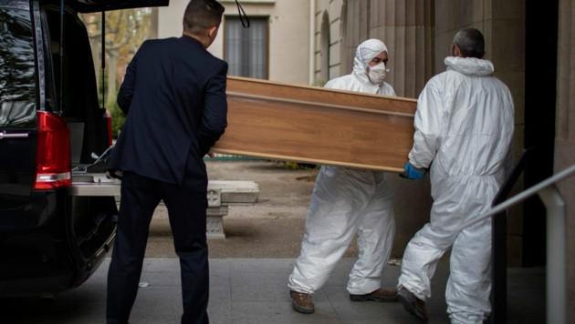 Abtransport eines Coronavirus-Opfers in Spanien (Bild: AP)