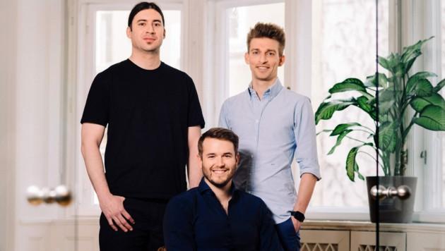 Peter Windischhofer (M.) aus Münzbach mit seinen refurbed-Mitgründern Jürgen Riedl und Kilian Kaminski (r.). (Bild: refurbed/Alex Gotter)