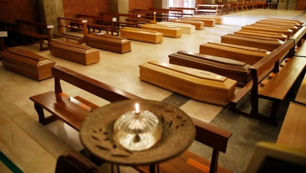 Aufgebahrte Särge in der Kirche San Giuseppe in Seriate in der Nähe von Bergamo (Bild: Associated Press)