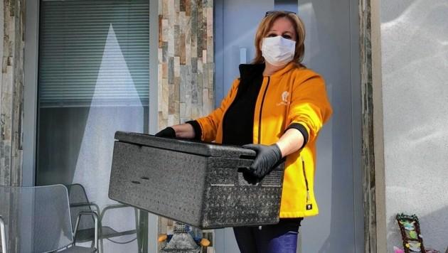 Bei der kontaktlosen Lieferung des Gasthofs Gurktaler Hof werden Mundschutz und Handschuhe getragen. (Bild: zVg)