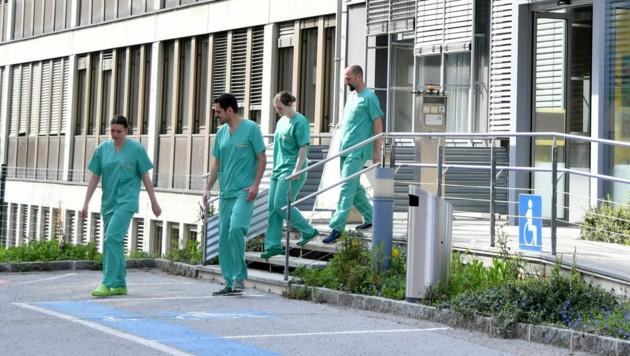 Auch die Zahl der an Corona erkrankten Personen geht in Salzburg zurück. (Symbolbild) (Bild: APA/BARBARA GINDL)