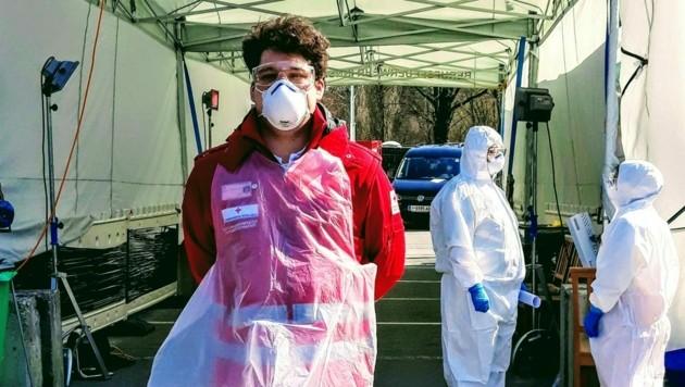Rettungssanitäter Marcel unterstützt im stationären Screeningzentrum in Innsbruck. (Bild: Rotes Kreuz Tirol/Widmann)