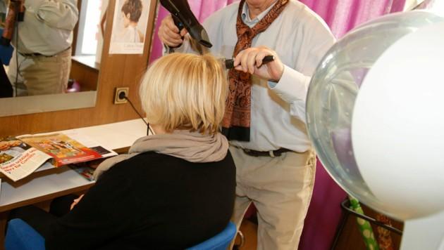 Friseuren ist es derzeit strengstens verboten, Kunden ihre Dienstleistung anzubieten (Bild: Rojsek-Wiedergut)
