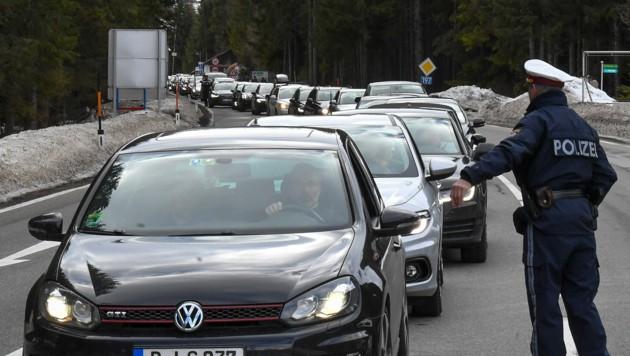 Kontrollen der Polizei am Ortsende von St. Anton am Arlberg (Bild: APA/EXPA/ERICH SPIESS)