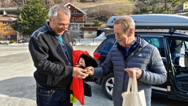 Bürgermeister Josef Schachner verabschiedete Sonntagfrüh die 90 Quarantäne-Urlauber. (Bild: Wallner Hannes)