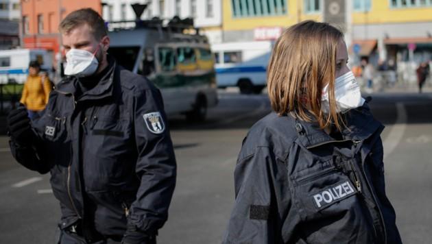 Berliner Polizisten mit Gesichtsmasken: Dennoch ist die Einführung einer Maskenpflicht, wie es sie schon bald in Österreich geben wird, in Deutschland derzeit noch kein Thema. (Bild: AFP)