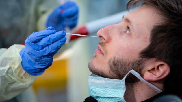 Für einen Test auf das Coronavirus muss auch ein Nasenabstrich entnommen werden. (Bild: APA/dpa/Sven Hoppe)