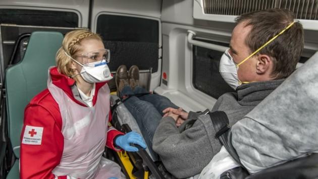 Die Sanitäter tragen eine Schutzausrüstung samt Maske. Nach jeder Fahrt werden die Einsatzautos desinfiziert. (Bild: Vanessa Weingartner)