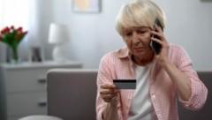 Man sollte als Pensionist auf jeden Fall vorher seinen Bankberater kontaktieren. (Bild: motortion - stock.adobe.com)