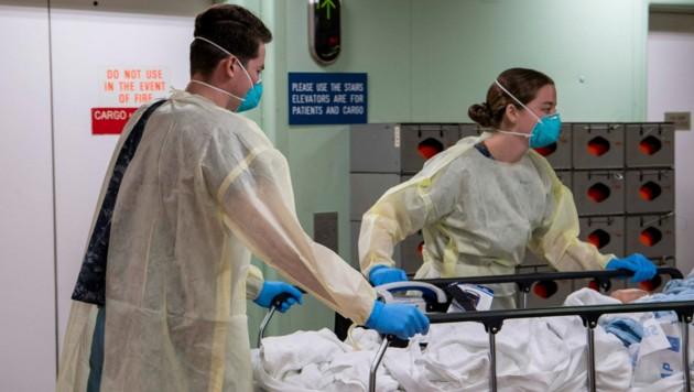 Der erste Patient wird von Soldaten auf das Lazarettschiff USNS Mercy gebracht. (Bild: US NAVY)