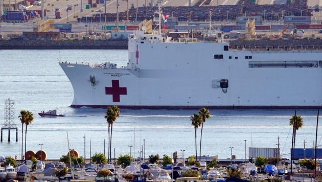 Das US-Navy-Schiff Mercy im Hafen von Los Angeles. 1000 Covid-19-Patienten sollen hier versorgt werden können. (Bild: AP)