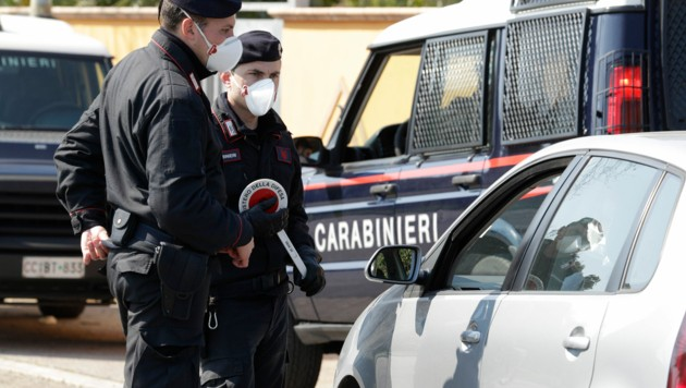 Italiens Straßen gehören derzeit der Polizei. Schlechte Zeiten für Kriminelle. (Bild: AP)