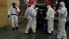 In Spanien helfen Soldaten der Armee bei der Desinfektion, wie hier in einem Altersheim der Hauptstadt Madrid. (Bild: AP)