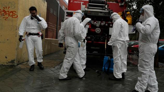 In Spanien helfen Soldaten bei der Desinfektion, wie hier in einem Altersheim der Hauptstadt Madrid. (Bild: AP)