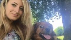 Jacqueline Kirchmayr fand in Allhaming mit ihrem Hund Arthur einen Giftköder auf der Straße. (Bild: zVg)