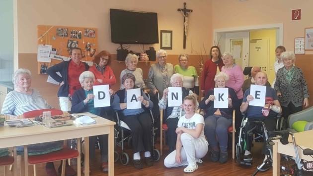 """Die Bewohnerinnen und Bewohner des Pflegezentrums St. Oswald sagen: """"Danke!"""" In der Mitte: Initiatorin Silke Sveigel-Grössing (Bild: Pflegezentrums St. Oswald)"""