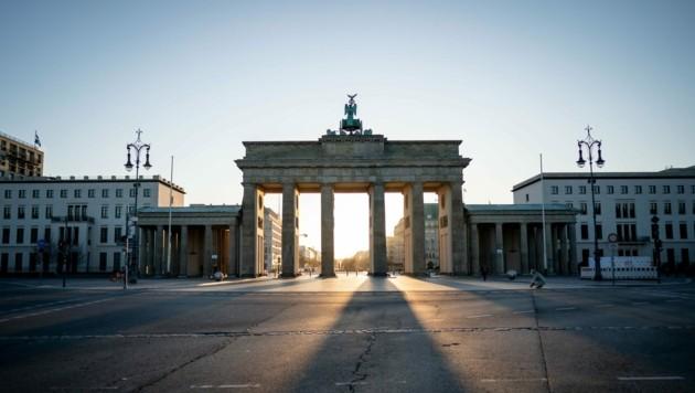 Das öffentliche Leben in Deutschland steht derzeit still. Wie hier vor dem Brandenburger Tor in Berlin, sind kaum noch Menschen auf den Straßen zu sehen. (Bild: APA/dpa/Kay Nietfeld)