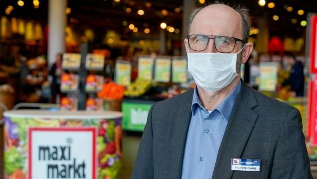 Karl Ausserhuber, Leiter der Maximarkt-Filiale in Wels, verteilte gestern die Masken an seine Mitarbeiter. (Bild: Markus Wenzel)