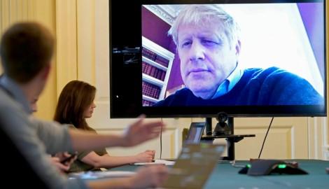 Der britische Premier Boris Johnson in einer Videokonferenz mit Coronavirus-Experten (Bild: AFP)