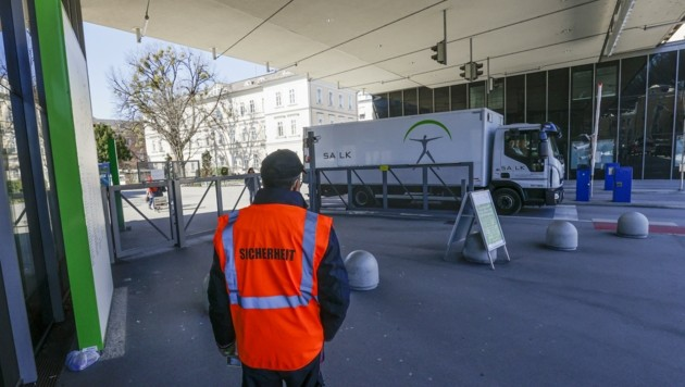 Security bewacht Eingang des Salzburger Uniklinikums (Bild: Tschepp Markus)