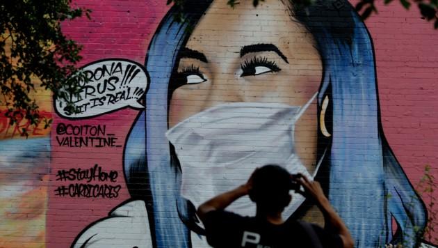 Kehren die USA zur Maskenpflicht zurück? Selbst für Geimpfte könnte dies bald wieder empfohlen werden. (Bild: AP)