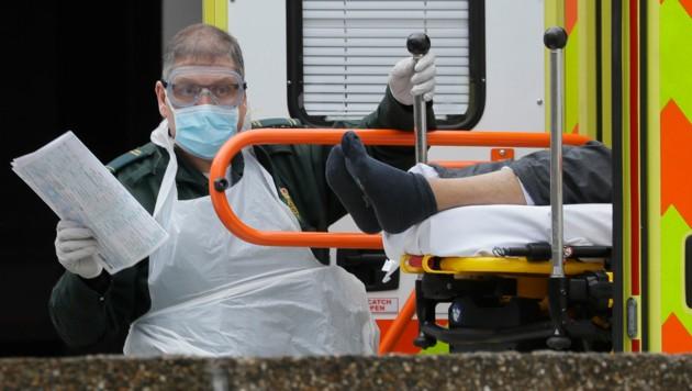 Ein Patient wird ins St. Thomas' Hospital in London eingeliefert.