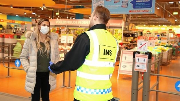 Bald sind Schutzmasken beim Einkaufen verpflichtend. (Bild: Evelyn HronekKamerawerk)