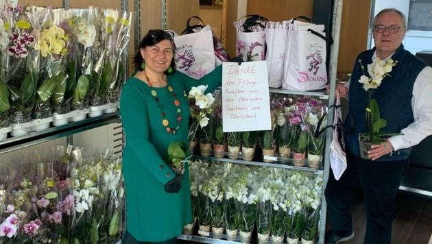 Renate Jausner-Zotter (AG Gärtner und Floristen Steiermark) übergibt Friedrich Maritschnegg (LKH-Univ. Klinikum Graz) die Orchideen für die Mitarbeiter des LKH-Univ. Klinikum Graz (Bild: LKH-Univ. Klinikum Graz)